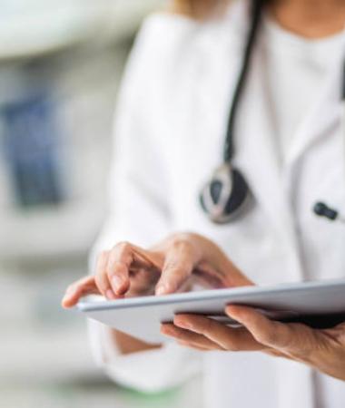 docteur utilisant une tablette