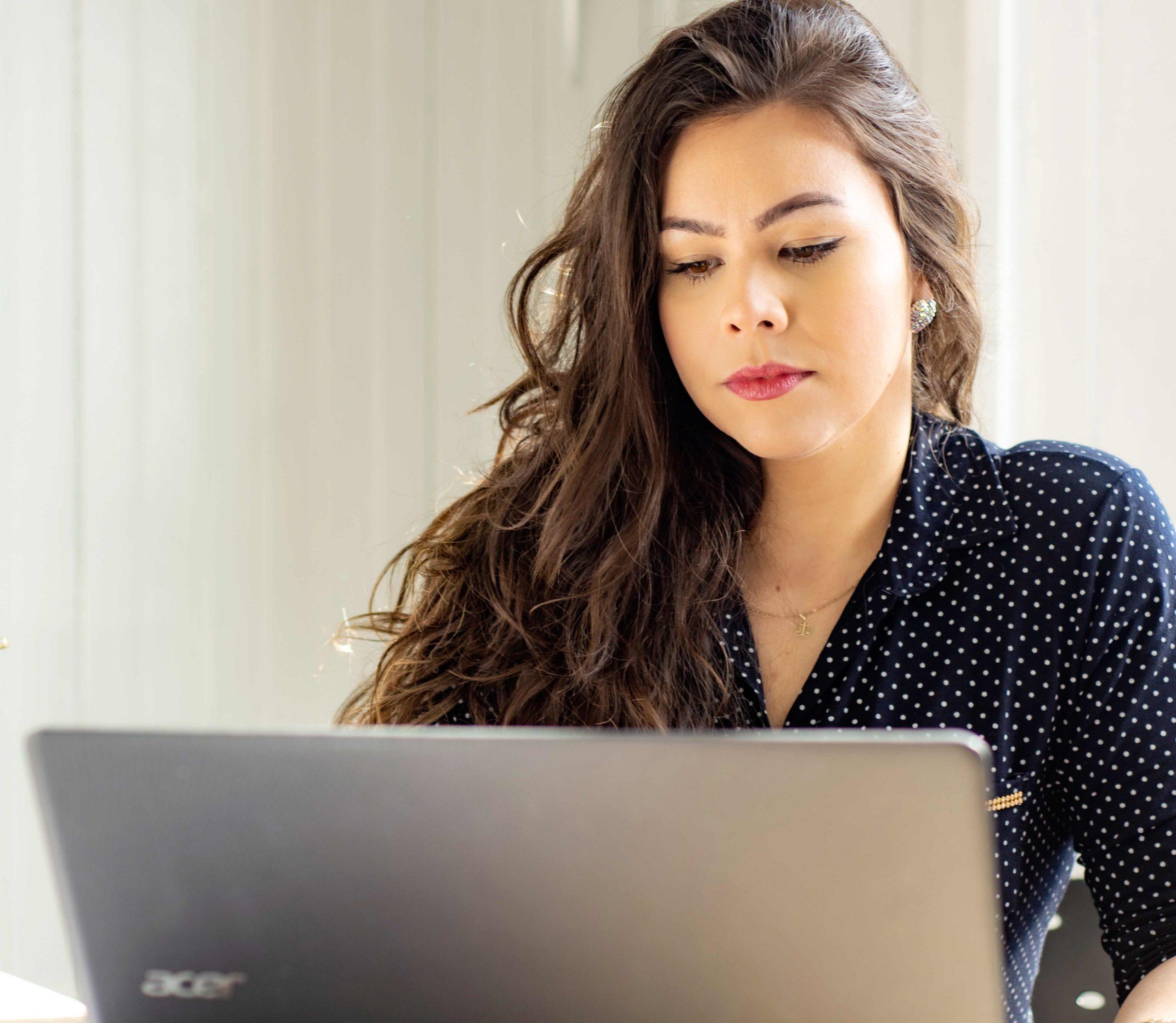 jeune femme sur son ordinateur portable professionnel