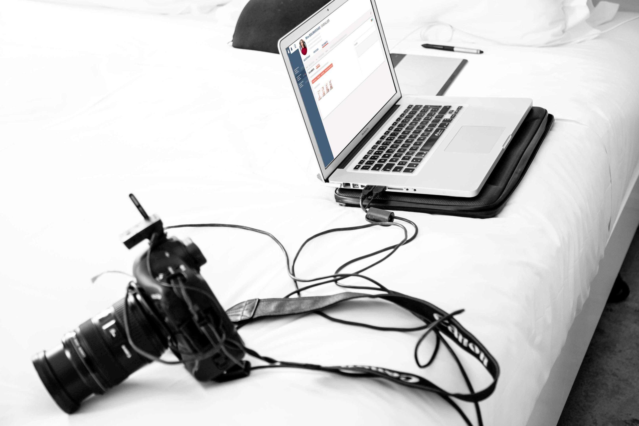 appareil photo branché à un ordinateur portable